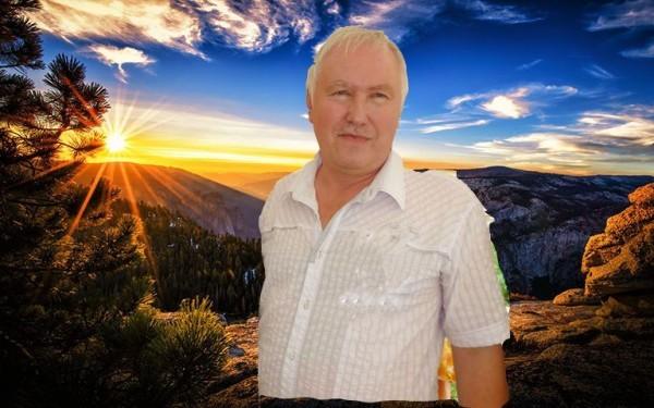 Владимир Ильин на фоне неба