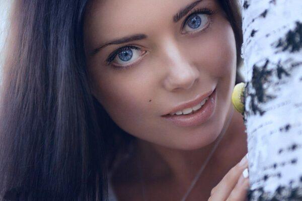 Девушка с игривыми глазами