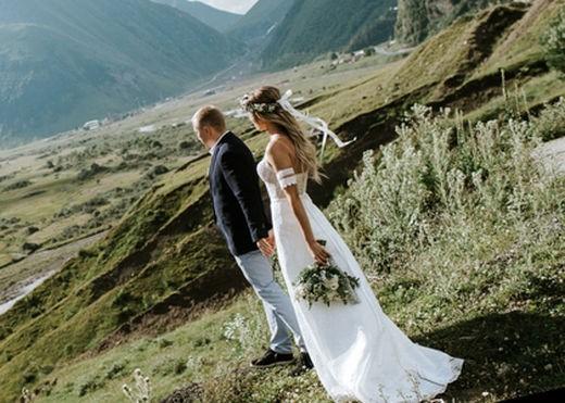 Молодожены в горах на свадьбе