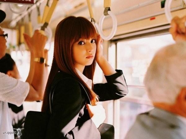 девушка в вагоне у окна