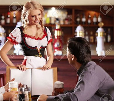 Девушка официантка принимает заказ