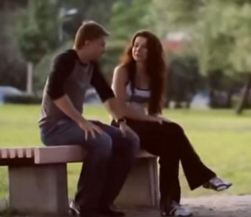 молодая пара на скамейке